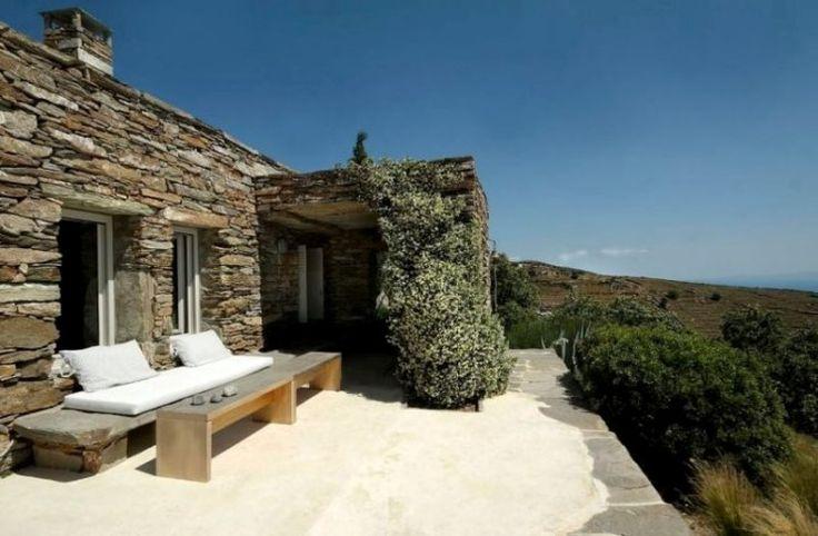 Ένα πέτρινο σπίτι πραγματικό.. αριστούργημα! Βρίσκεται σε ελληνικό νησί και έχει θέα που δεν περιγράφεται!