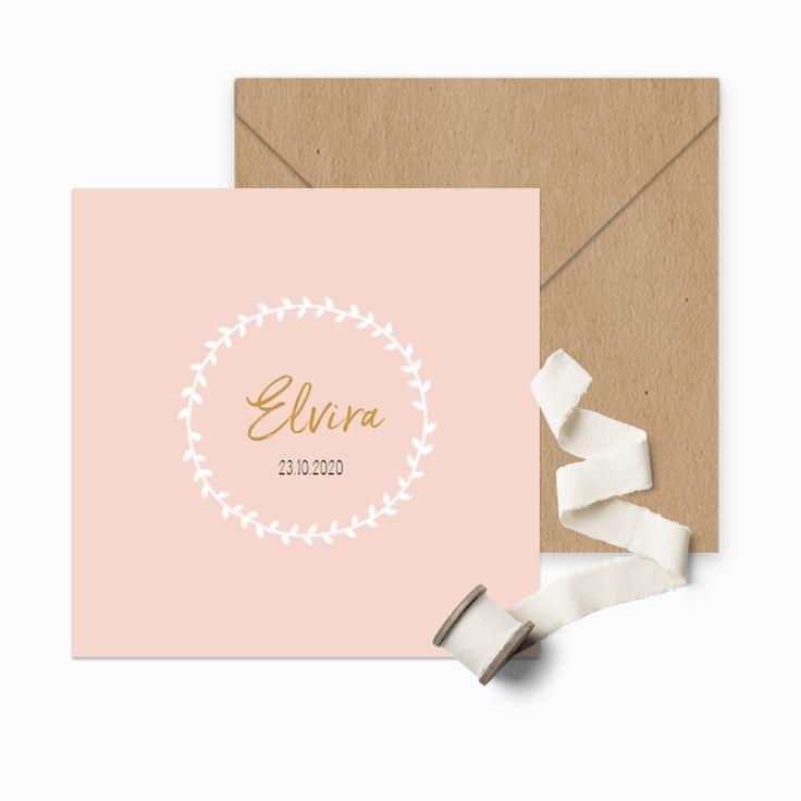 Klassiek zachtroze geboortekaartje met een witte handgetekende krans met de naam van jullie kindje.