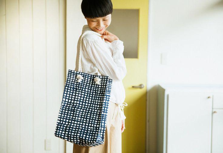 しかくいトートバッグの作り方と裁断図を無料でダウンロードできます。スタイリング画像と最適な布を紹介します。