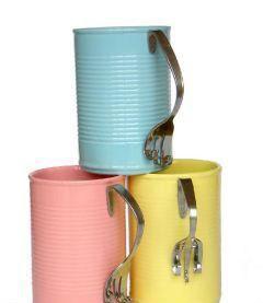 hoy os dejo una fantástica idea para transformar latas de conserva en estupendas y prácticas tazas.