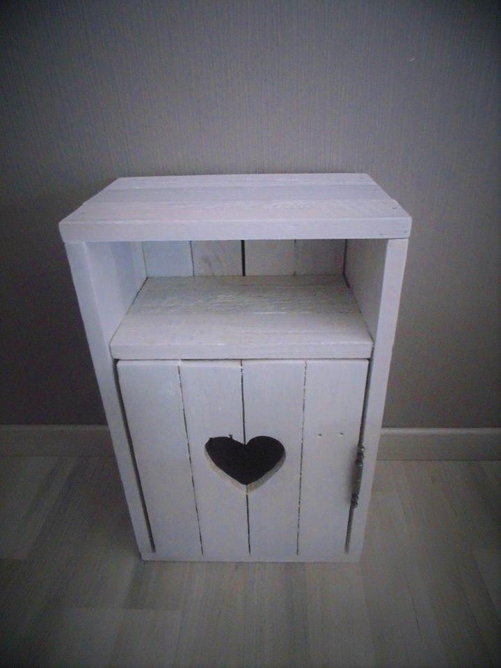 Déco palette : Table de nuit fait à partir de bois de palette. Pour une déco rustique chic, tout en romantisme. Un cœur ajouré au centre de la table de nuit apporte un coté unique et authentique.