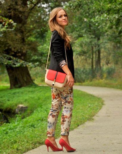 Jesienna stylizacja blue cashmere w odcieniach beżu, pomarańczu i czerwieni. Blogerka połączyła spodnie w kwiatowy wzór z torebką i szpilkami w podobnej kolorystyce. Do tego wszystkiego czarna marynarka, która dodała stylizacji elegancji!