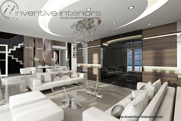 Projekt domu z widokiem Inventive Interiors - przytulny luksusowy salon z drewnem na ścianie TV - telewizor ukryty za szkłem