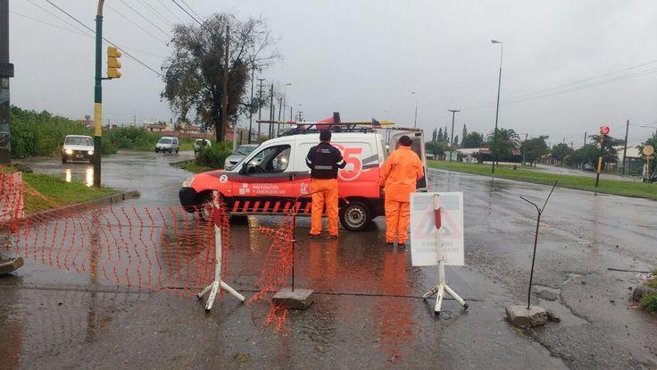 Por la intensa lluvia en la ciudad, Prevención y Emergencias mantiene una guardia activa: Además permanece el alerta de asistencia…