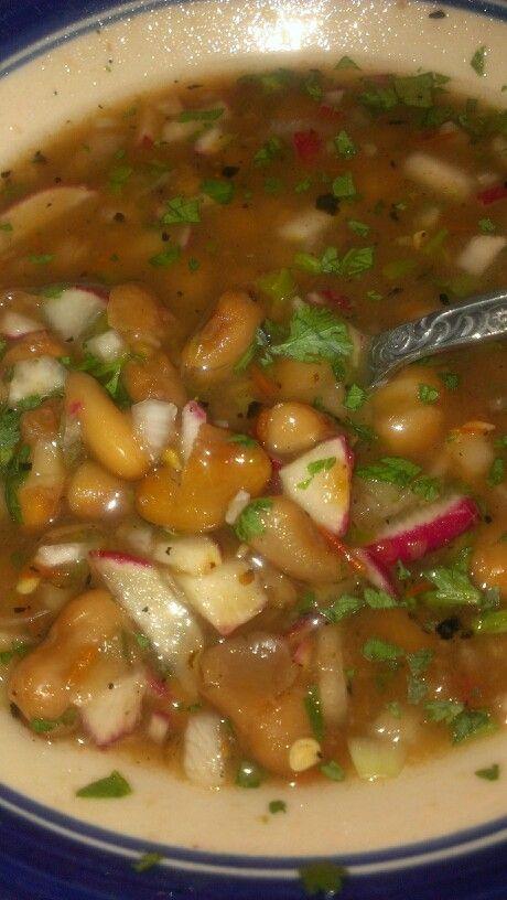 Frijoles de la olla con  chile verde cebolla rabanos y cilantro