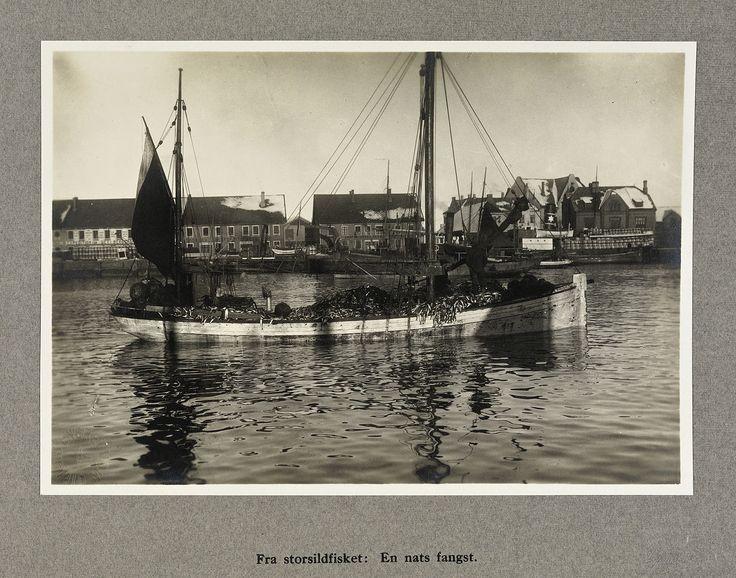 From Wikiwand: «Fra storsildfisket: En nats fangst», Ålesund 1920Foto: Sigvald Moa/Nasjonalbiblioteket