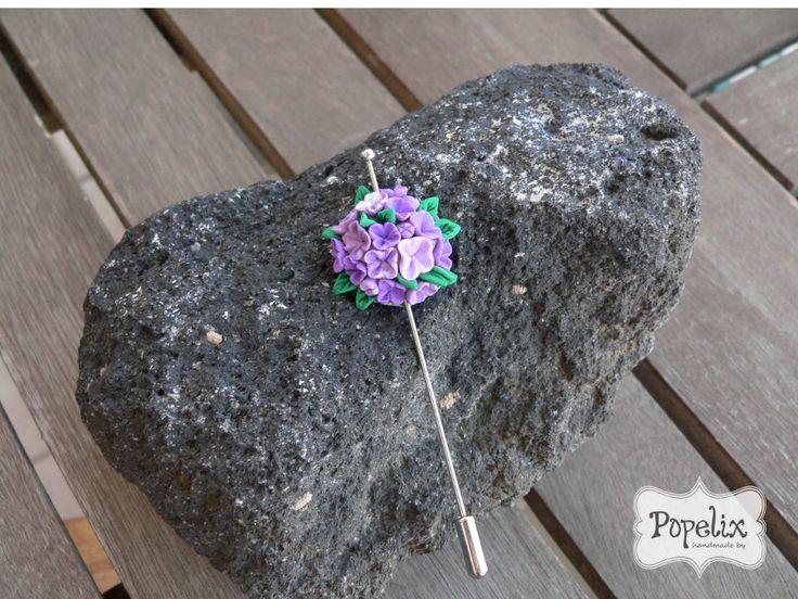 Καρφίτσα καπέλου με μοβ λουλούδια από πολυμερικό πηλό. #fimo #vintage #polyclay #brooch