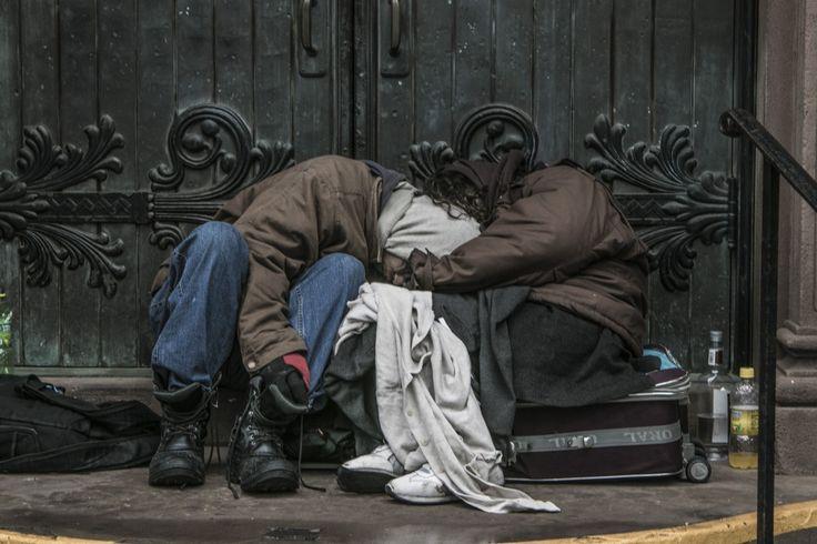 Foto del giorno - 24 Gennaio 2015  Una coppia senza casa dorme sui gradini della via d'ingresso della cappella nella chiesa di St. Georges a New York City il Sabato, 24 gennaio, 2015 (Gordon Donovan / Yahoo News) http://yahoonewsphotos.tumblr.com/