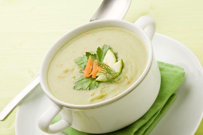 Ingredienti:  1 patata piccola 2 zucchini piccoli (100 grammi circa) acqua di cottura degli zucchini/patata 1 cucchiaino di olio extravergine 1 cucchiaio di formaggio grattugiato  Preparazione: Facciamo un brodo con mezzo litro di acqua, le zucchine e la patata puliti. Facciamo bollire una ventina di minuti. Frulliamo le verdure con poco brodo alla volta. Aggiungiamo un cucchiaino di olio e un cucchiaio di parmigiano. Se la crema risultasse liquida, possiamo aggiungere 1 cucchiaio…