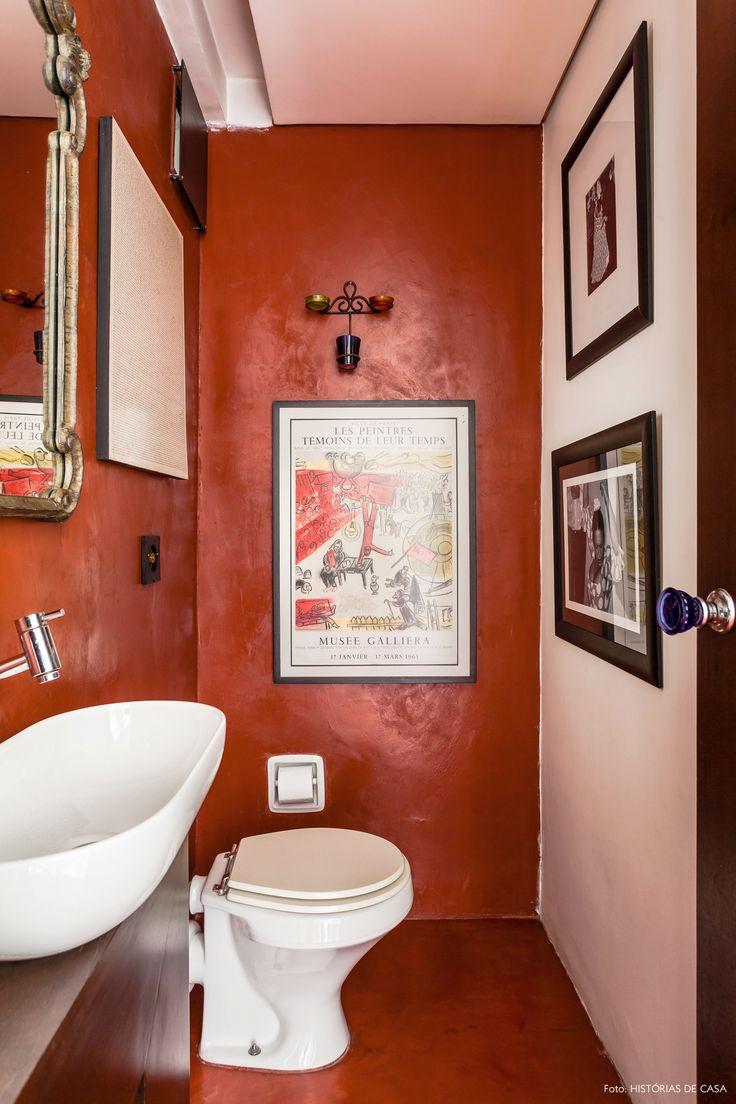 O lavabo desse apê é todo revestido com cimento queimado na cor vermelha.