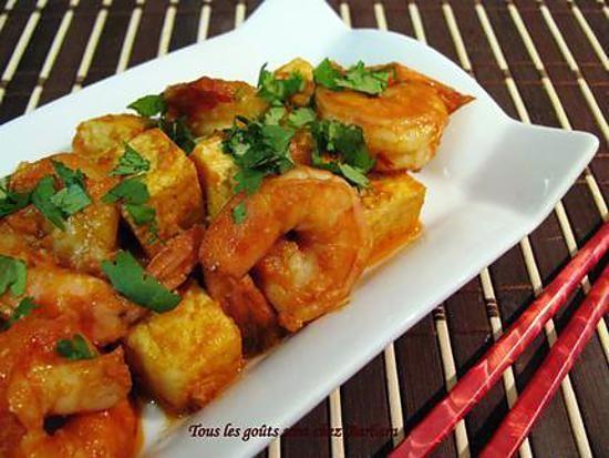 La meilleure recette de Tofu et crevettes à la vietnamienne! L'essayer, c'est l'adopter! 4.5/5 (2 votes), 8 Commentaires. Ingrédients: Pour 4 personnes:  - Environ la moitié d'un bloc de tofu (ou un peu plus), coupé en cubes d'environ un centimètre - Environ 24 crevettes tigrées, décortiquées (j'ai laissé la queue, pour la présentation) - 2 c. à soupe d'huile végétale - 2-3 gousses d'ail, passées au presse-ail - un petit cube de gingembre, râpé - un petit piment rouge, finement haché (ou…