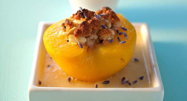 Pêches rôties aux macarons et lavandeVoir la recette >>
