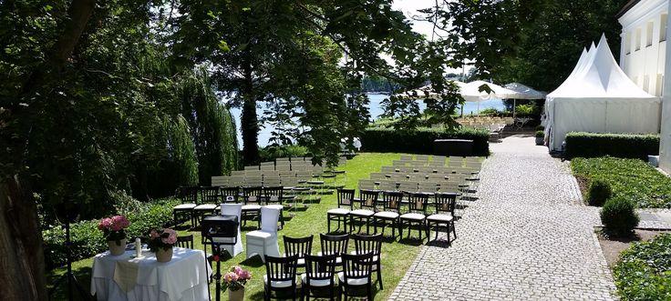 Malerisch gelegenes Restaurant und Event-Location mit exklusivem Ambiente mitten auf der Schlossinsel. Perfekt für Ihre Feier – ob Hochzeit oder Business-Event.
