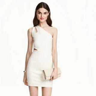Esse vestido da H&M é uma das peças que estaremos enviando para todo o Brasil daqui a 3 semanas. E com um preço muito mais barato que um vestido nacional pra você arrasar na virada sem acabar com o seu bolso.  #lancamento #meu #closet #moda #estilo #fashion #style #vestido #branco #vestidobranco #reveillon #viradadoano #instafashion #instafollow #moda #diva #luxo