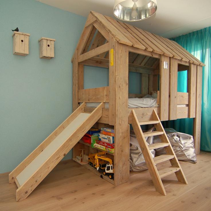 Steigerhout boomhut bed met boekenplanken en glijbaan van kids rooms kinderkamers - Loft bed met opbergruimte ...