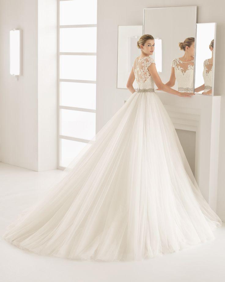 Hochzeitskleid mit Oberteil aus strassbesetzter Guipure-Spitze und Rock aus Tüll. Kollektion 2017 Rosa Clará Two