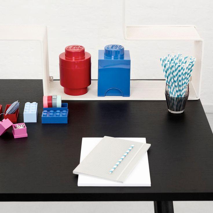 LEGO runde opbevaringskasser er nye på webshoppen. Kan bruges til opbevaring af LEGOklodser, men kan også bruges til opbevaring af andre småting.   Opbevaringskasserne kan både stables oven på hinanden og på andre LEGO kasser. Opbevaringskasserne er både praktiske og dekorative. Designet af Room Copenhagen.