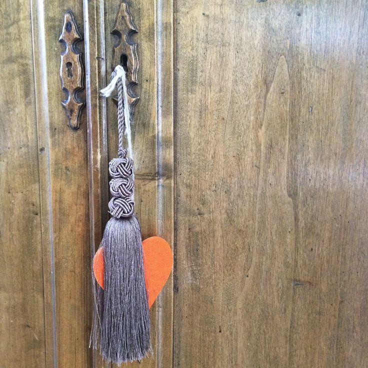 Pendagli decorativi per chiave d'epoca. Mascherina fatta a mano in legno lavorato a copertura del foro di ingresso. Progetto e collezione privata di STRA-DE STRATEGIC-DESIGN.