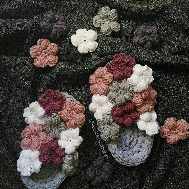 Привет! 👣 Как же я люблю вязать этих пухляшей! 😍 Каждый раз я вяжу их и стараюсь сделать ещё лучше, ещё уютнее. В этот раз я нашла, пожалуй, самые-самые идеальные цветочки, которые не надо переворачивать наизнанку, чтобы они были пышными. Они и так очень пышные 😍 (описание - в первом комментарии ⤵⤵⤵)