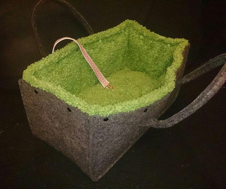 Hab aus einer gekauften Holztragetasche aus Filz ein gemütliches herausnehm- und waschbares Hundebettchen samt Band zum anleinen genäht....Grüne Innenauskleidung kann mit Druckknöpfen befestigt werden...Hundi fühlt sich drin pudelwohl👍😍 Tasche kann auch mit ins Auto genommen werden und mit dem Gurt befestigt werden...