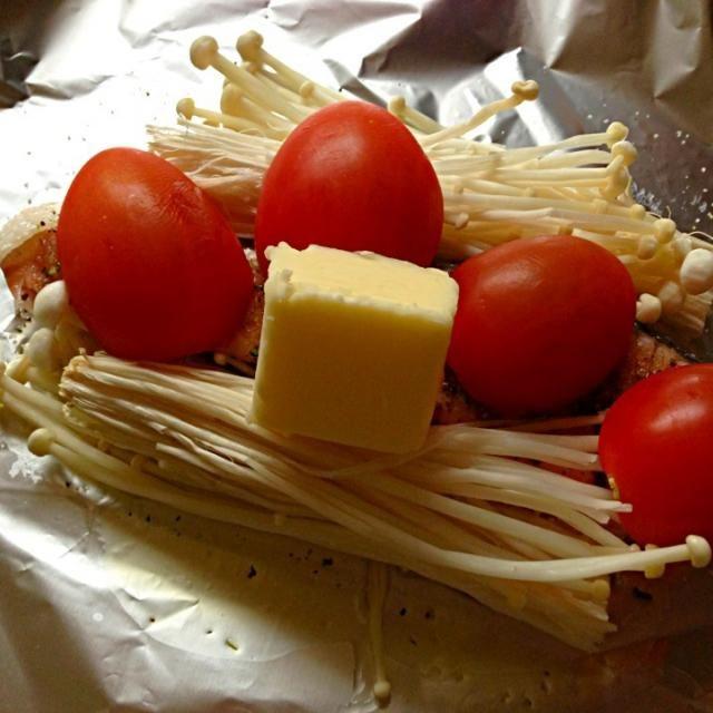 鮭、えのき、トマト、オリーブオイル、マジックソルト、バターで味付け♬ 美味しかった\(^o^)/ - 96件のもぐもぐ - 鮭ホイル焼き by ぷわこ