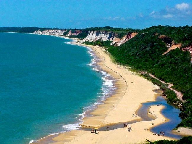 Arraial d'Ajuda localiza-se no Estado da Bahia e é um distrito de Porto Seguro. A vila é cercada por praias paradisíacas e natureza exuberante.