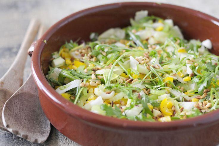 knapperige salade met courgette en mais