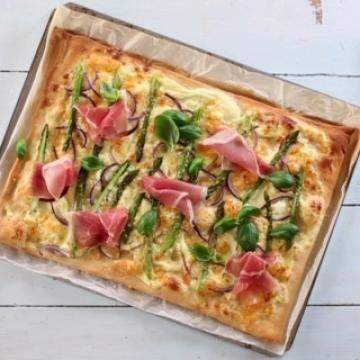 Oppskrift på Hvit pizza med asparges og spekeskinke