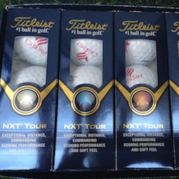 Bolas de golf titleist NXT Tour personalizadas logo. Torneo golf Cajasur