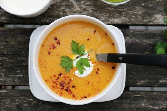 Som dere kanskje har lagt merke til så elsker jeg supper. Supper er kjapp, enkel, sunn og god fastfood, og jeg lager det ofte spontant med det jeg har tilgjengelig i skuffer og skap. Dette er en slik suppe - med gulrøtter og røde linser, som har fått selskap av gode smaker som blant annet chili, ingefær og hvitløk.