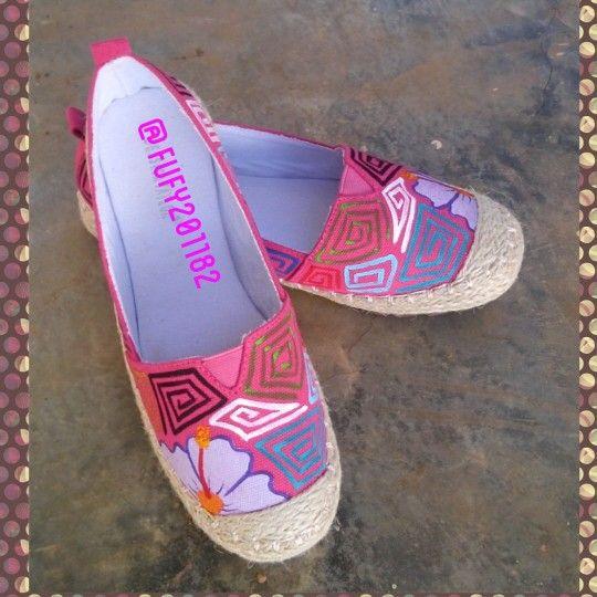 Zapatos pintados a mano con tema de mola.  Creacion propia.