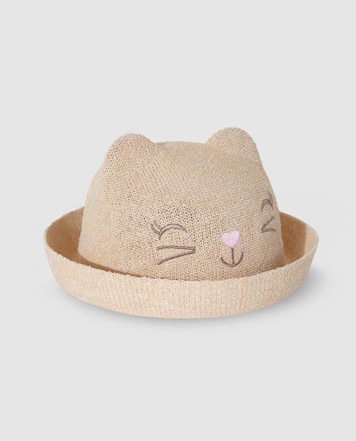 Sombrero en color beige con orejitas y bordado en forma de cara de gatito. 9683d0d224c