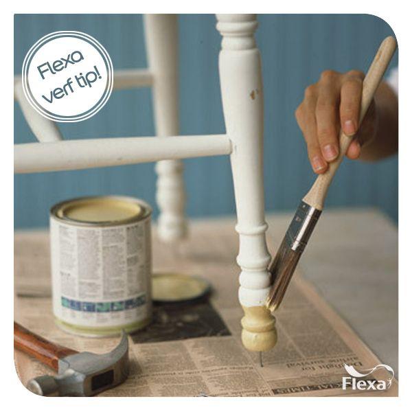 Sla voordat je begint onder elke stoelpoot een spijker zodat je overal makkelijk bij kan. Voor grotere objecten - zoals kasten - kun je verfblikken gebruiken.