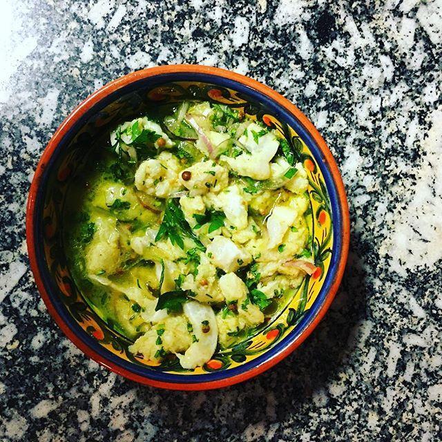 """Meca macerado em lima, coentro, cebolas roxas e óleo de uvas um dos amose bouche do jantar """"Mesas Asiáticas"""" que o #chefnascimento está servindo agora na #vinhoearte."""