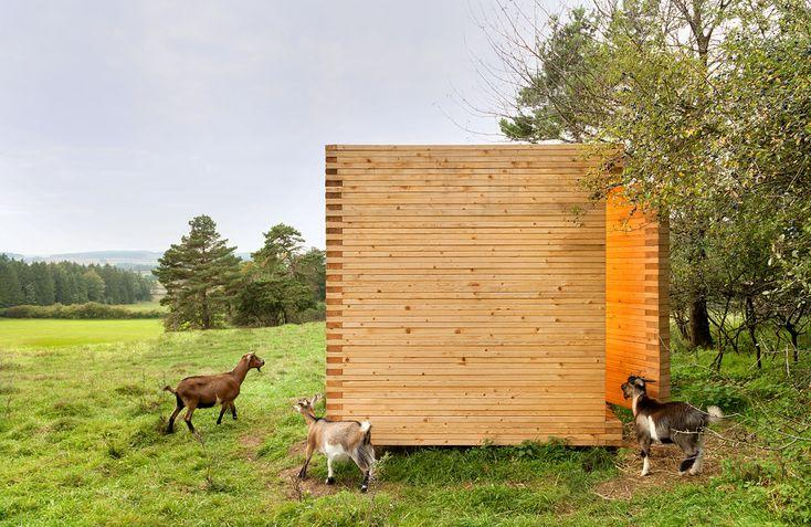 Construído pelo KÜHNLEIN Architektur na Seubersdorf, Germany na data 2014. Imagens do Erich Spahn. O cubo de madeira, reduzido ao necessário, pode ser um exemplo positivo para edifício agrícolas que buscam se integra...