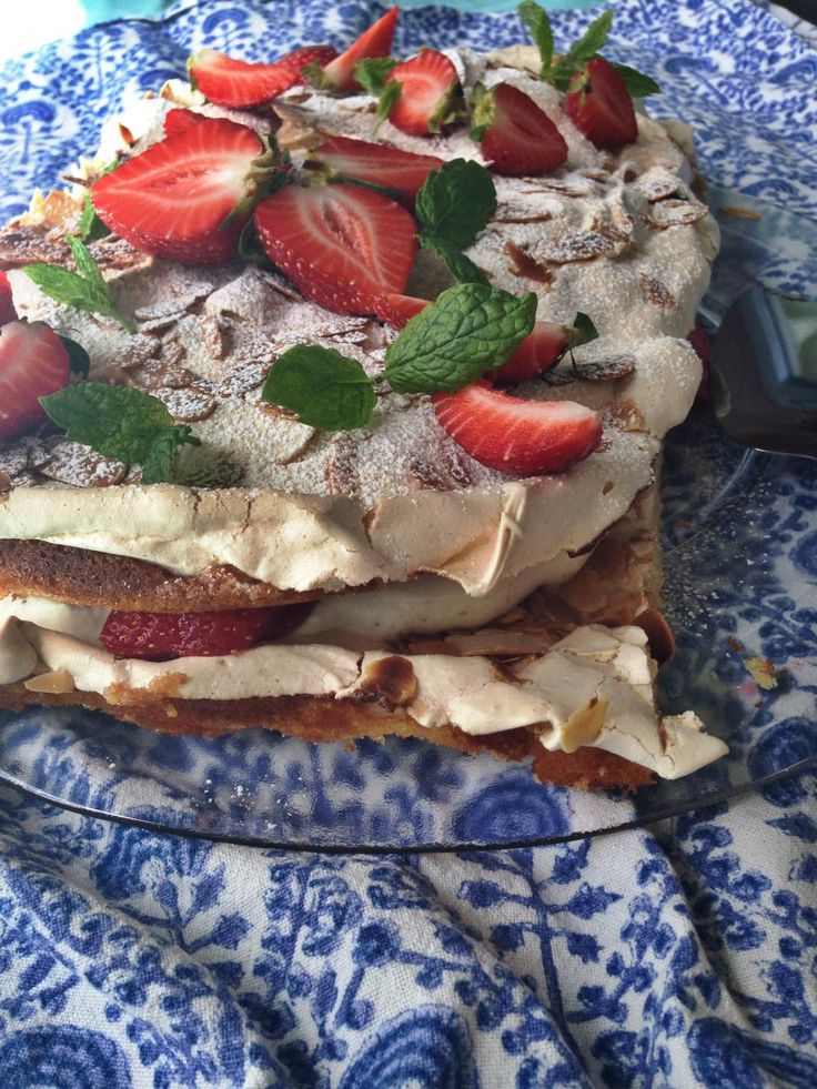 Mansikkainen britakakku // Strawberry-Meringue Cake, Brita-Cake Food Helena Saine-Laitinen Style Elina Jyväs Photo Emilia Kolari www.maku.fi