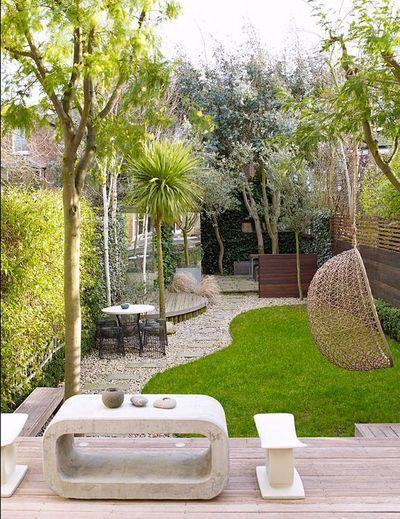 Un petit jardin au mobilier original