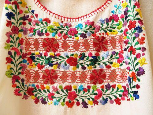 メキシコ、オアハカ州サン・アントニーノの刺繍ブラウス