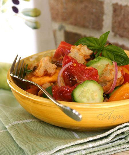 Panzanella - итальянский салат из помидор и хлеба. Для этого салата берётся зачерствевший деревенский хлеб (чаббата или багет). Я обычно поджариваю свежий хлеб на гриле или в тостере. После того ка...