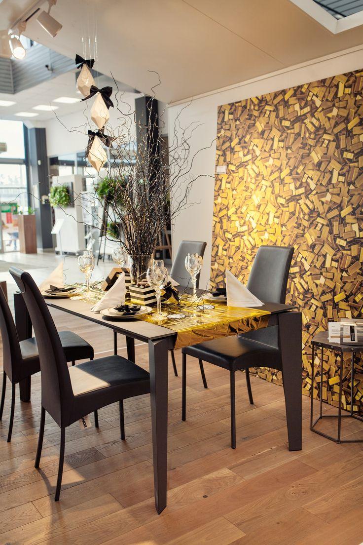 Stół i krzesła od KLER, Kryształy od Huta Julia,