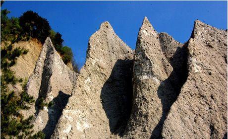 Piramidele de la Goranu, un loc ce merită descoperit | Goranu este un cartier din Vâlcea, iar rezervaţia se găseşte la 4 km de centrul oraşului.