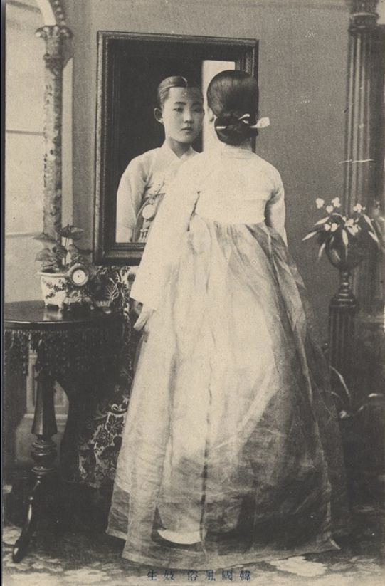 Korean beauty, 1904 , A young 'kisaeng' (singing girl) in full Korean traditional dress. She has a typical married women's hair style (jjok), which is called chignon with a hairpin (the 'pinyo'). * https://commons.wikimedia.org/wiki/File:Corean_beauty.jpg