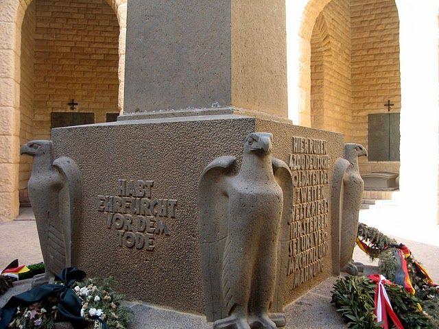 El cementerio Militar Alemán se encuentra en Tel el Eisa-Hill a las afueras de la ciudad. El cementerio alemán es un osario con los restos de 4.200 soldados alemanes, construido al estilo de una fortaleza medieval. Cerca de él se encuentra el cementerio italiano.