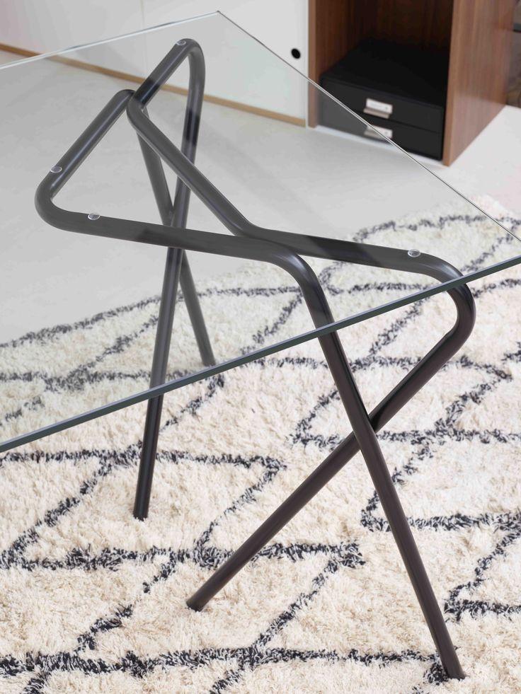 Les pieds tubulaires en métal pliés de ce tréteau Jalla créent un jeu d'arabesque tout en légèreté, pour un effet graphique très contemporain.