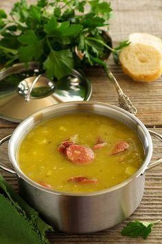 """Голландский гороховый суп..... 150 г лущеного сухого зеленого гороха, - 1 свиная ножка, - 1 небольшой лук-порей, - 3 небольших картофелины, - 150 г """"охотничьих"""" колбасок, - 50-100 г корня сельдерея, - соль, перец."""