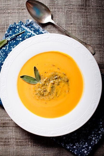Ингредиенты: 800г красивой оранжевой тыквы 0,5-1л куриного бульона ( нужно, чтобы он покрыл тыкву при варке на 3\4) сливки 20-33% для создания кремовой консистенции, количество нужно согласовать со своей совестью)) соль, перец по вкусу  для песто: 12 больших листьев свежего шалфея 15г листьев свежей петрушки 1 маленький зубчик чеснока  1-2 ст.л. грецких орехов  4-5 ст.л. оливкового масла EV 1 ст.л. свежих хлебных крошек ( я брала многозерновой хлеб) 2 ст.л. мелко натертого пармезана