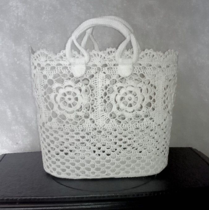 "Designer explains the free crochet patterns used to make this tote bag. Use your browser to translate to English then just follow the links provided. There is instruction but it's not American terms. For some of us we can ""wing it""... understand it."