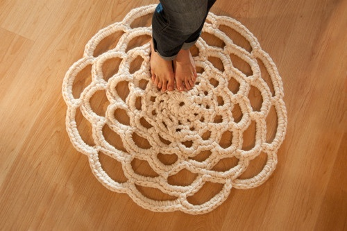 How about making this out of t-shirt yarn?Crochet Doilies Rugs, Crochet Flower, Yarns, Fun Projects, Crochet Rugs, Rugs Pattern, Crochet Home, Crafts, Floors Rugs