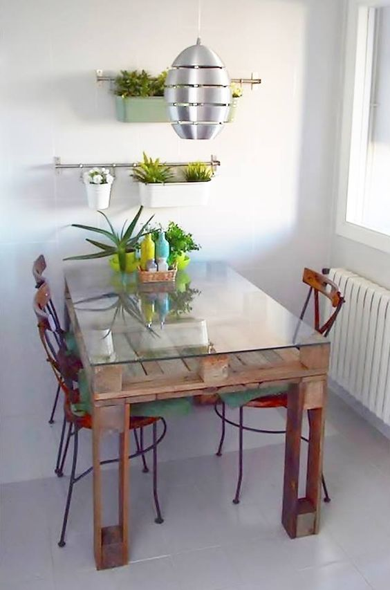 Dining table made of pallets and glass - great idea || @pattonmelo