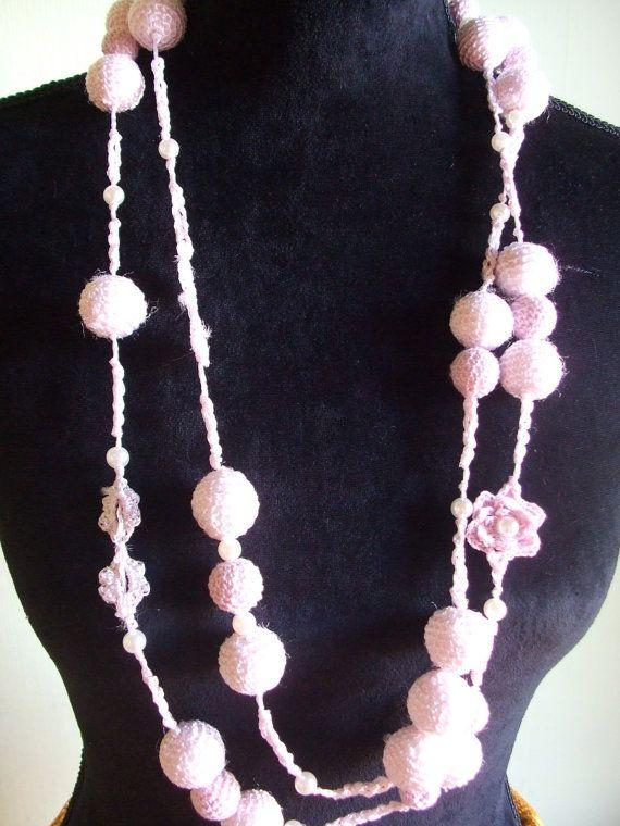 collana sfere fiori uncinetto perle rosa di maglieriamagica, €38.50